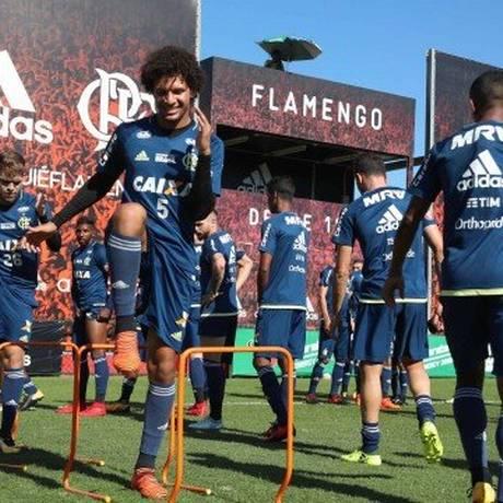 Arão durante treino do Flamengo Foto: Gilvan de Souza