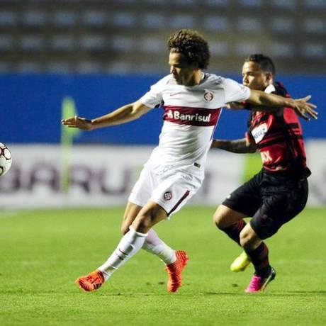 Camilo tenta o chute, marcado por um jogador do Oeste Foto: Ricardo Duarte/Internacional