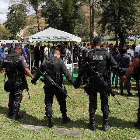 Enterro do PM Thiago Rodriguez da Silva, sequestrado na porta de casa em Nova Iguaçu e assassinado por traficantes Foto: Fabiano Rocha / Agência O Globo