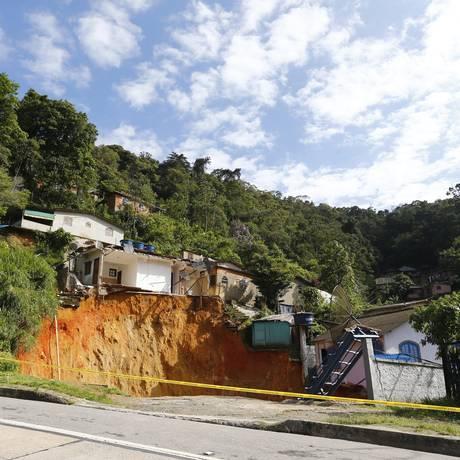 Cratera formada após deslizamento em rodovia, na altura de Petrópolis. Imagem de 08/11/2017 Foto: Pablo Jacob / Agência O Globo