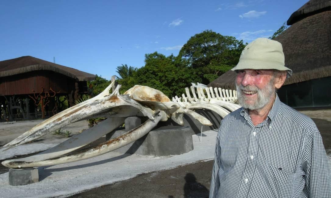 Krajcberg com sua escultura feita da ossada de uma baleia em abril de 2007. A foto foi tirada em Nova Viçosa, na Bahia, onde viveu até o fim da vida, no Sítio Natura, cercado pela única porção de Mata Atlântica remanescente na região, e que tomou para si a tarefa de manter intacta Foto: Marcos Ramos / Divulgação