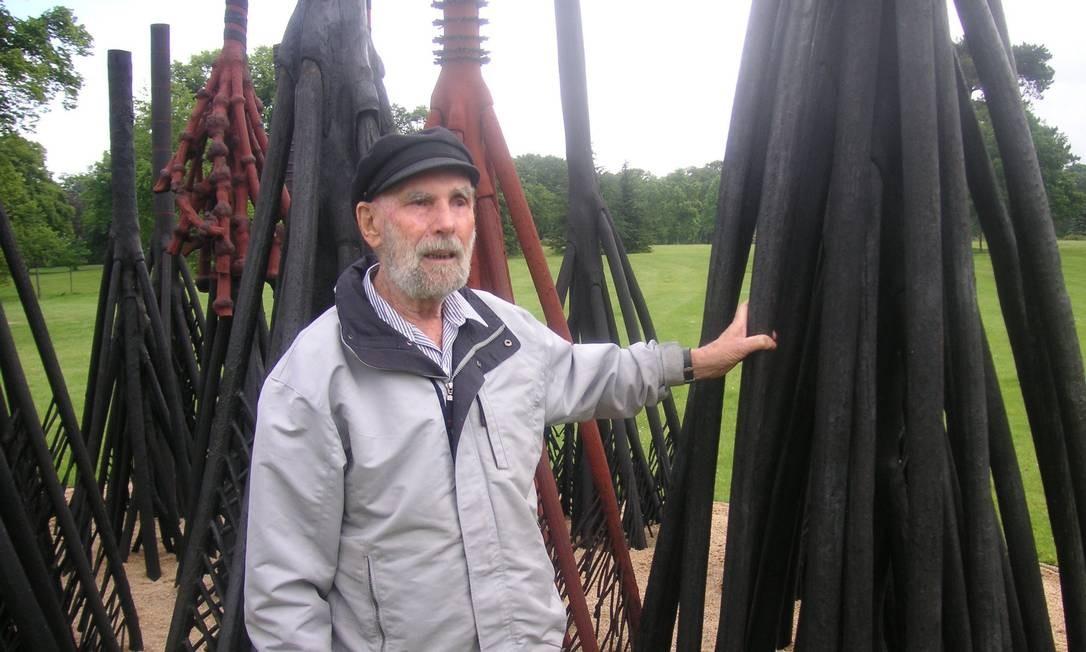 Frans Krajcberg ao lado de uma escultura em junho de 2005. O artista, nascido na Polônia, chegou ao Brasil em em 1948, depois de lutar na Segunda Guerra, onde toda a sua família, de origem judia, foi dizimada no Holocausto Foto: Deborah Berlinck / Divulgação
