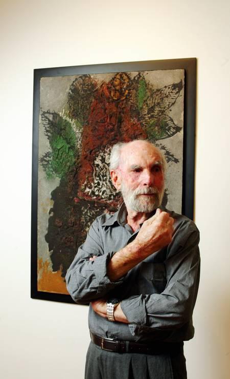 Krajcberg diante de uma de suas obras, feita em relevo com pigmentos naturais. A foto é de 2005. Foto: Camilla Maia / Divulgação