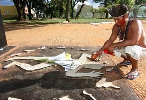 O primo de Galdino, Reginaldo Vieira Aiuhoni, ao lado do monumento, em Brasília, que lembra a morte do indígena Foto: Givaldo Barbosa / O Globo