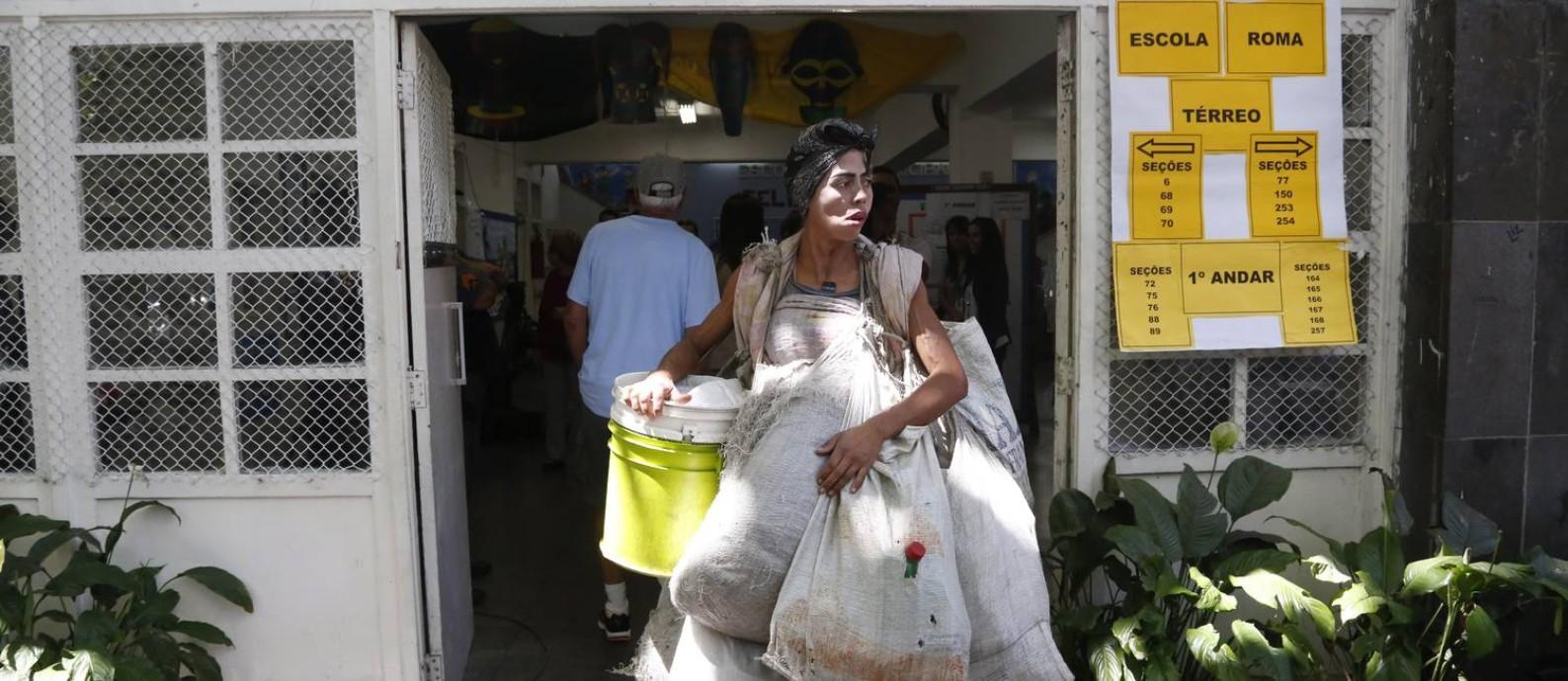 Fernanda queria votar para ter uma casa. Na foto, ela aparece saindo da Escola Municipal Roma, que serve de sessão eleitoral Foto: Custódio Coimbra em 05/10/2014 / O Globo