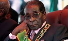 O presidente do Zimbábue, Robert Mugabe, observa uma marcha durante a comemoração do 32º aniversário da independência em Harare Foto: STRINGER / Reuters