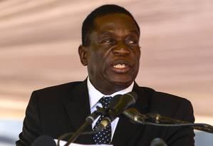 O então vice-presidente do Zimbábue, Emmerson Mnangagwa, discursa durante um funeral em Harare Foto: JEKESAI NJIKIZANA / AFP