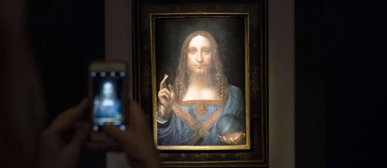A casa de leilões Christie's esperava vender a obra por US$ 100 milhões. O quadro mostra Jesus Cristo segurando uma esfera na mão esquerda Foto: Drew Angerer / AFP
