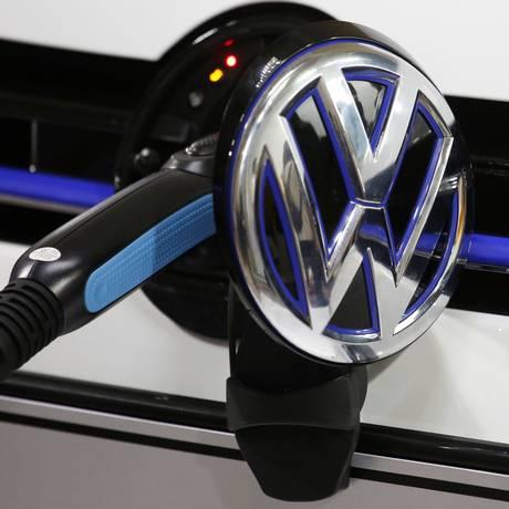 Modelo Golf GTE, da Volkswagen, é carregado durante evento anterior ao Salão do Automóvel de Guangzhou, na China. Foto: Bobby Yip/Reuters