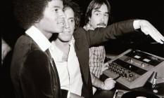 Na mesa de som, o encontro entre Michael Jackson, Steve Rubell, um dos donos do Studio 54 (de braço estendido), e Richie Kaczor, um dos mais badalados DJs da casa Foto: Russell Turiak / Divulgação