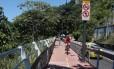 Ciclista ignora placa de aviso e pedala em trecho interditado da Cilocia Tim Maia