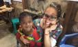 Andrêza Trajano posa para foto com criança em campo de refugiados em Bangladesh Foto: Divulgação/Médicos Sem Fronteiras