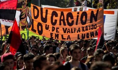 Estudantes chilenos protestam contra demora no processo de reforma educacional do país Foto: MARTIN BERNETTI / AFP