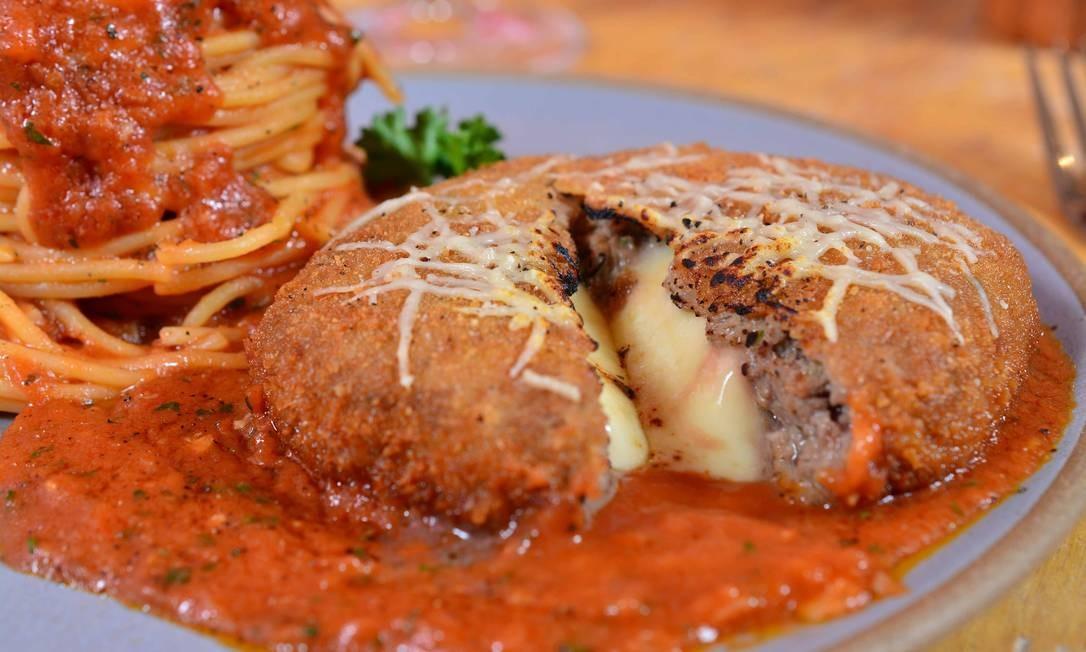 Aberta em agosto, a Cantina da Praça (que também é uma loja de pães de fermentação natural) serve pratos como o polpettone servido com espaguete ao pomodoro e grana padano (R$ 34). Rua Jangadeiros 28, Ipanema - 3258-9540. Foto: Divulgação/Michel Angelo