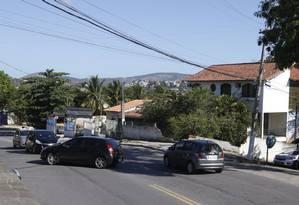 Cruzamento perigoso. Esquina da Avenida Sete com Rua Walter Madeira: à direita, o muro quebrado da casa em que um carro caiu, matando uma jovem de 18 anos Foto: Fabio Guimarães