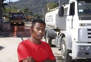 Demissão. Diego e caminhão com água de reúso Foto: Fabio Guimaraes
