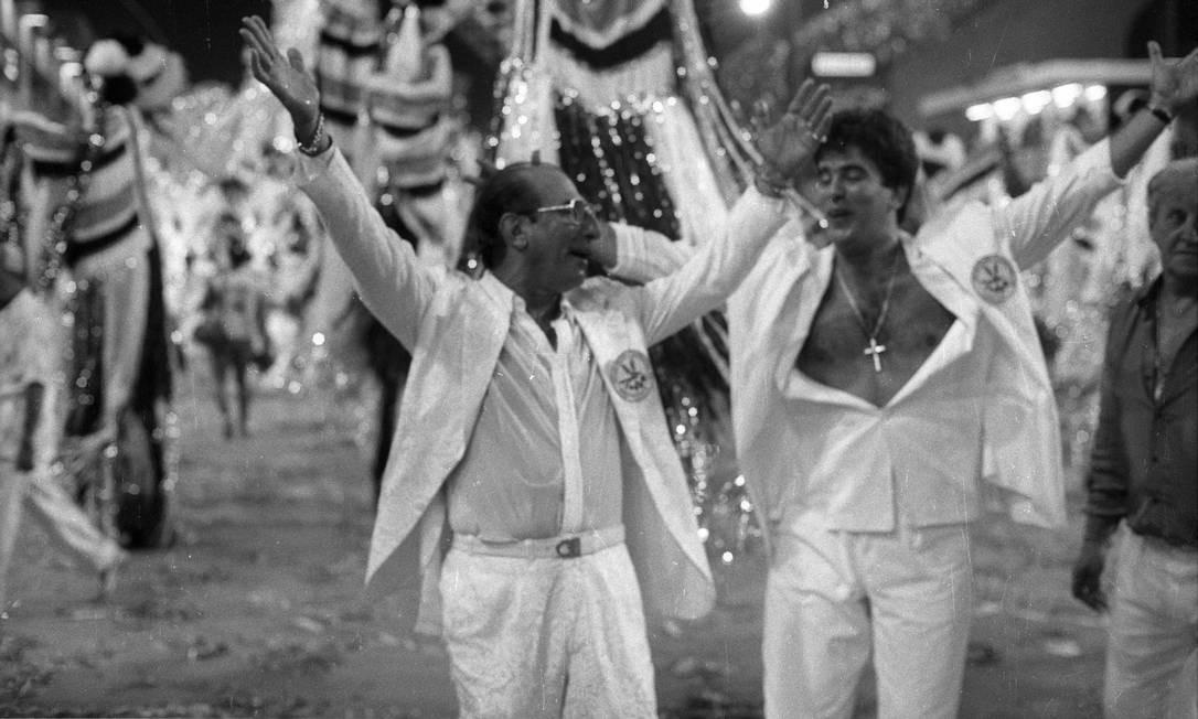 """Em 1988, no auge do """"Show de Calouros"""", Wagner Montes desfila pela Beija-flor ao lado do patrono da escola, Anísio Abrahão Foto: Carlos Ivan / Agência O Globo 15-02-1988"""