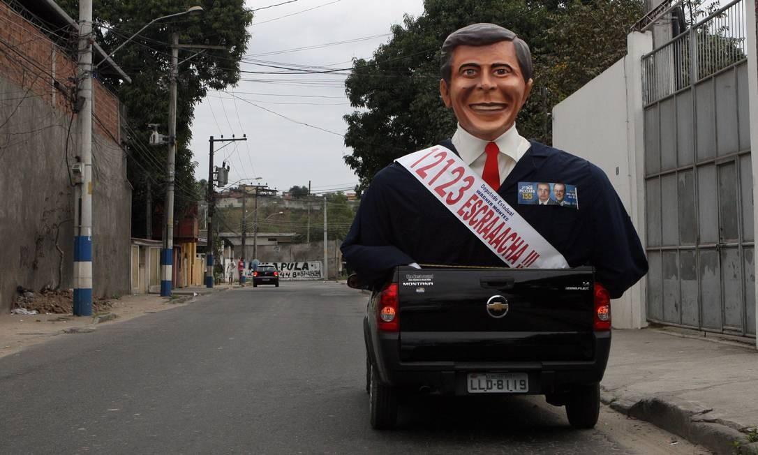 """Na campanha de 2010, um boneco gigante de Wagner Montes passou pelas ruas do Rio anunciando seu número de candidatura junto ao seu bordão televisivo """"Escraaacha"""" Foto: Marcelo Carnaval / Agência O Globo 15/08/2010"""