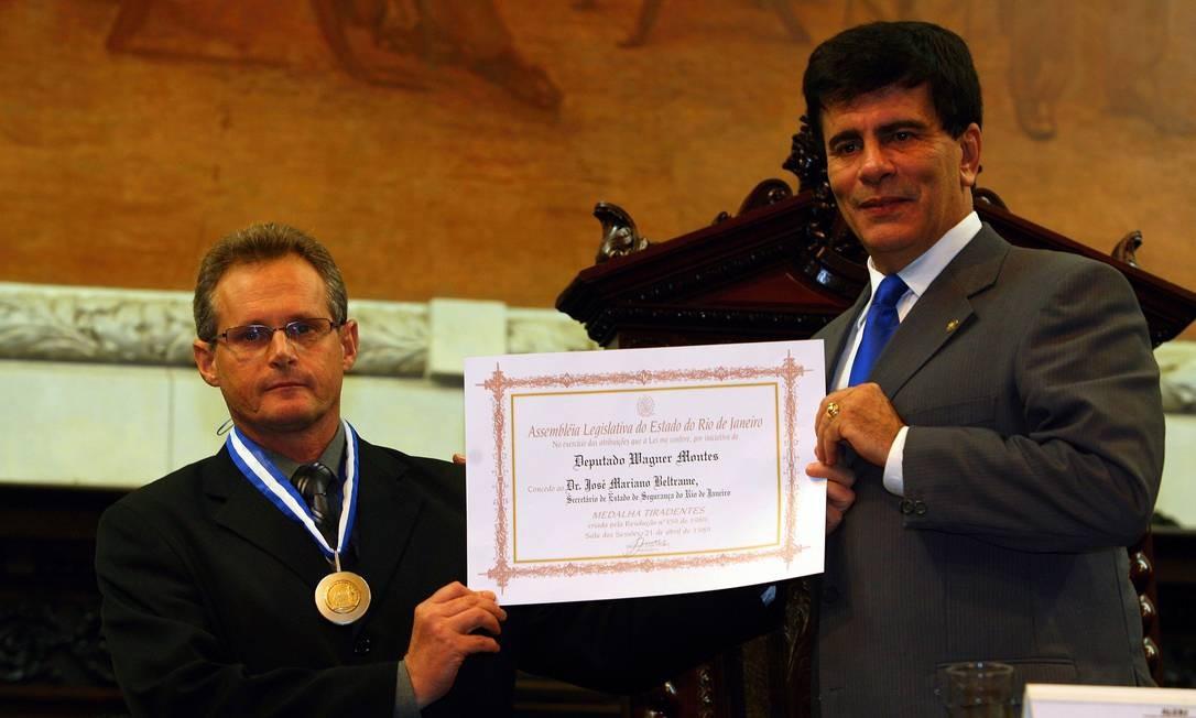 Em dezembro de 2007, o Deputado Wagner Montes entrega Medalha Tiradentes ao Comandante Geral da Policia Militar, Coronel Ubiratan Ângelo, e o diploma de Cidadão da Cidade do Rio de Janeiro ao Secretário de Segurança do Rio José, Beltrame Foto: Fernando Quevedo / Agência O Globo 13/12/2007