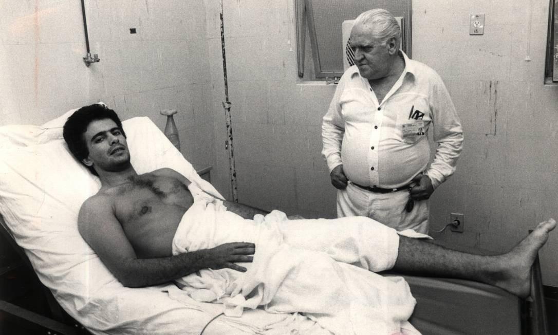 Em novembro de 1981, apresentador Wagner Montes repousa em seu quarto no Hospital Miguel Couto com o seu médico particular Fernando de Mattos, após ter a perna direita amputada em acidente com um triciclo em Ipanema e ficar dois dias no CTI Foto: Anibal Philot / Agência O Globo 07-11-1981