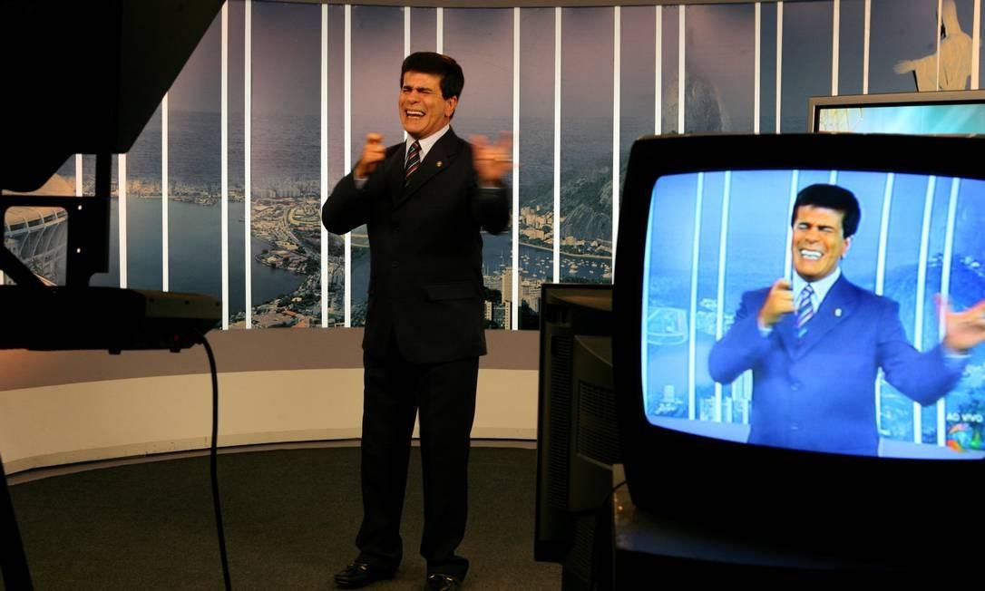 """Em setembro de 2007, Wagner Montes de Souza no comando do programa """"Balanço Geral"""", da Record Foto: Michel Filho / Agência O Globo 22/09/2007"""