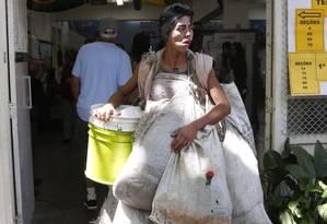 Sonho. A moradora de rua na escola onde tentou votar: ela queria ter uma casa Foto: Custódio Coimbra / Agência O Globo