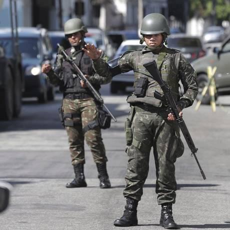 Prevenção. Militares da Polícia do Exército fazem uma blitz em frente ao Arsenal de Guerra, no Caju Foto: Marcio Alves / Agência O Globo