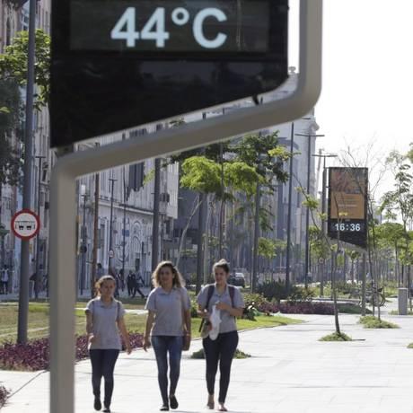 Altos e baixos. Termômetro no Píer Mauá marca 44 graus: previsão para o fim de semana é de chegada de frente fria Foto: Alexandre Cassiano / Agência O Globo