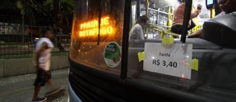 Ônibus estampa novo valor da tarifa na Central do Brasil. Imagem de 15/11/2017. Foto: Paulo Nicolella / Agência O Globo