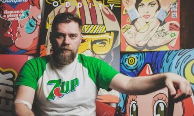 O designer curitibano Bily Mariano da Luz posa junto a suas ilutrações Foto: Divulgação