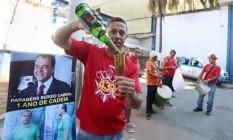Bombeiros comemoram um ano da prisão de Sérgio Cabral. Na foto, o bombeiro Lacerda, com sidra nas mãos, em frente ao presídio de Cabral Foto: Fabiano Rocha / Agência O Globo