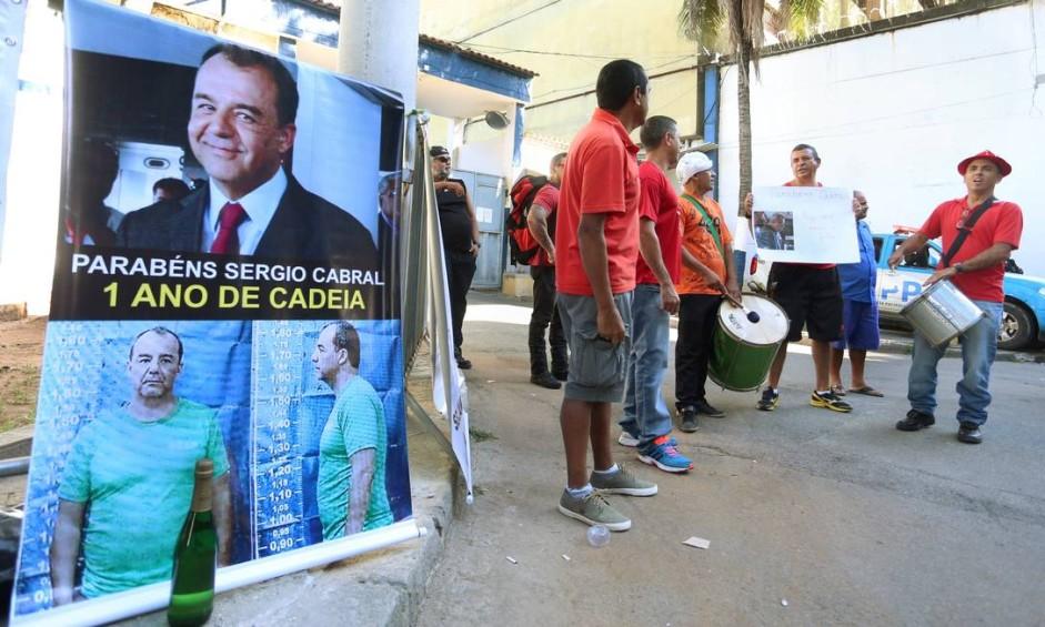 Bombeiros comemoram um ano de prisão de Sérgio Cabral Foto: Fabiano Rocha / Agência O Globo