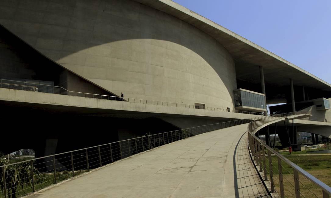 A arquitetura da Cidade das Artes representa as belas curvas das montanhas e à linha do mar da cidade Foto: Cezar Loureiro / Agência O Globo