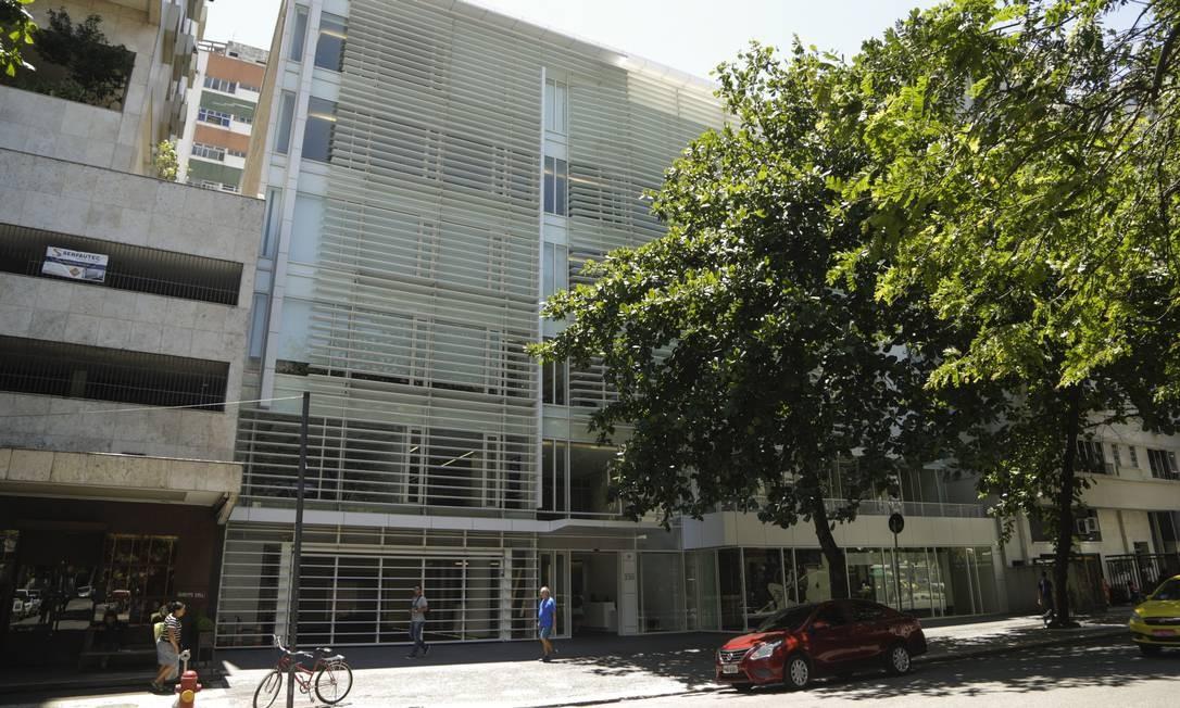 O Edifício Leblon Offices, projetado pelo americano Richard Meier, tem um pequeno recuo em relação aos prédios vizinhos, para permitir ampla exposição da luz do sol Foto: Gabriel de Paiva / Agência O Globo