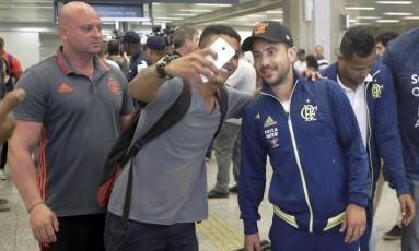 Torcedor tira foto com Everton Ribeiro Foto: Gabriel Paiva / Agência O Globo