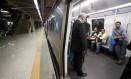Passageiros em um vagão do metrô. Transporte teve redução no número de passageiros este ano Foto: Domingos Peixoto - 29/09/2017 / Agência O Globo