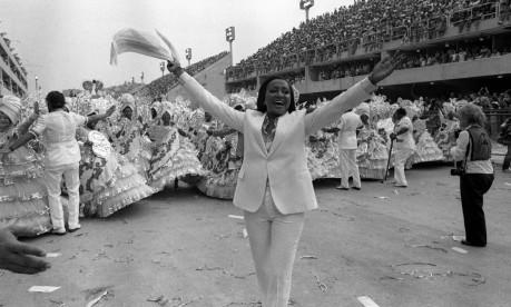 Coração verde e rosa. Alcione à frente da ala das baianas no desfile da Mangueira Foto: Jorge Marinho 05/03/1984 / Agência O Globo