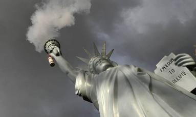 Réplica da Estátua da Liberdade emite fumaça em instalação dos artistas dinamarqueses em um parque do lado de fora do local onde acontece a 23ª Conferência do Clima da ONU, em Bonn, Alemanha: em meio a escândalos em vários países, pela primeira vez organizadores alertaram para o problema do assédio sexual no evento Foto: AP/Martin Meissner
