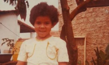 Fernanda, aos 5 anos, indo visitar o irmão no orfanato Foto: Álbum de família