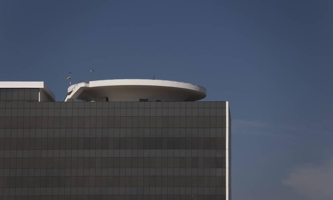 Um heliponto em forma de cálice se destaca no topo do edifício Foto: Márcia Foletto / Agência O Globo