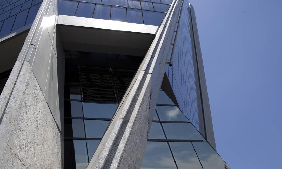 O Aqwa Corporate, do arquiteto Norman Foster, tem design inspirado nos navios do Porto do Rio Foto: Márcia Foletto / Agência O Globo