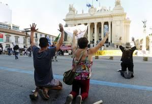 Manifestantes e PMs se enfrentam em frente à Alerj, durante de votação Foto: Pablo Jacob / Agência O Globo