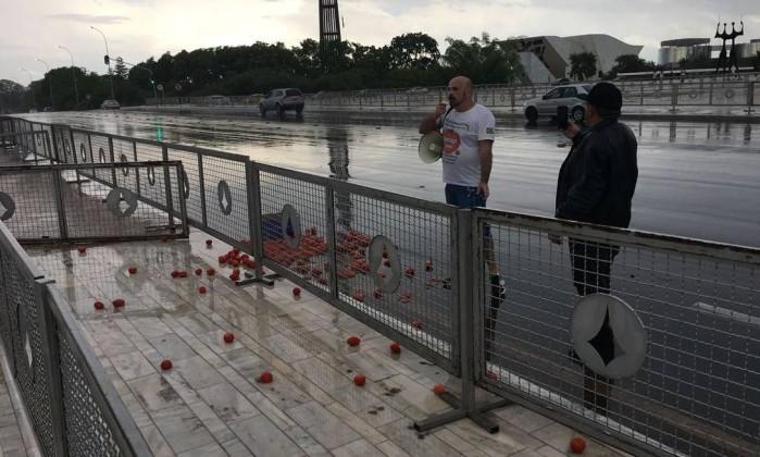 EM FORMA DE PROTESTO: Atirando tomates, homem tenta invadir Planalto