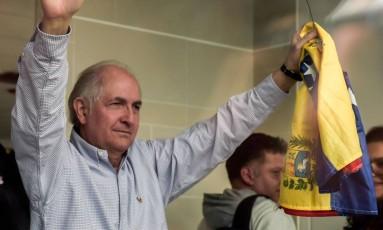 Antonio Ledezma exibe bandeira da Venezuela no aeroporto internacional de Bogotá Foto: RAUL ARBOLEDA / AFP