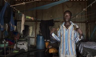 Babacho Mama mostra suas antigas insígnias de de tenentes na sua casa em Prior, no Sudão do Sul Foto: Peter Bauza / Washington Post