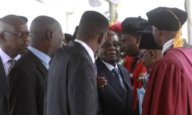 Mugabe recebe estudantes em cerimônia em Harare Foto: Tsvangirayi Mukwazhi / AP