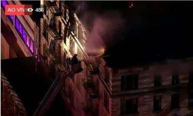Bombeiro tenta apagar incêndio em Manhattan Foto: Reprodução de TV
