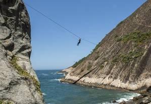 Com emoção. A tirolesa tem 40 metros de altura e 60 de distância: sensação é de liberdade sobre o mar Foto: Fabio Cordeiro