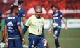 O técnico Reinaldo Rueda conversa com Trauco no treino desta sexta-feira Foto: Gilvan de Souza