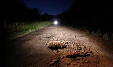 Buraco na pista da RJ-148, entre os municípios de Carmo e Sumidouro, na Região Serrana, já provocou vários acidentes Foto: Custódio Coimbra / Agência O Globo